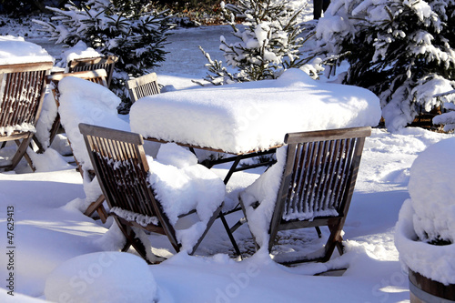 gartenmöbel im schnee