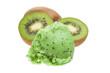 Kiwi-Eis mit Kiwis im weißen Hintergrund
