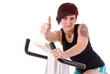 Tätowierte junge Frau beim Fitnesstraining