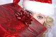 Santa Frau versteckt sich hinter Geschenk Box