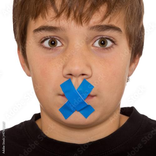 Junge hat Redeverbot - Pflaster, Klebesteifen über dem Mund