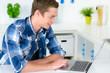 student recherchiert im internet