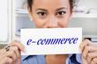 Frau mit einem Schild e-commerce
