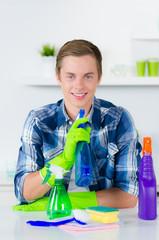 junger mann putzt gerne