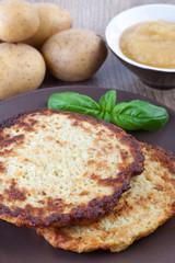 Frische Kartoffelpuffer mit Apfelmus