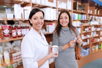 Drogerie-Angestellte mit einer Kundin