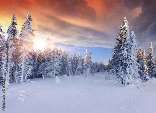 piekny-zima-wschod-slonca-w-gorach-dramatyczny
