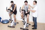 Physiotherapist hilft Patienten bei Übung poster