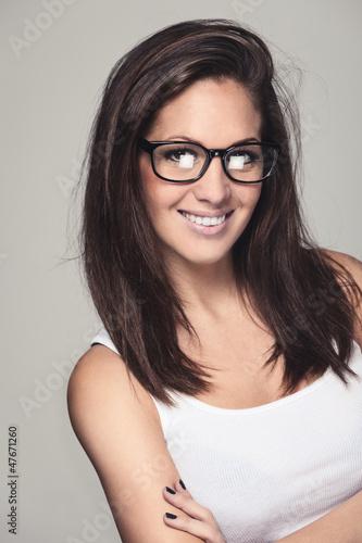 Sympathische Frau mit nerdy Brille