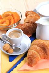 Espresso,amaretti ,cornetti e pesche sciroppate con latte