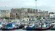 der hafen von Tarifa in Spanien mit Blick auf die burg