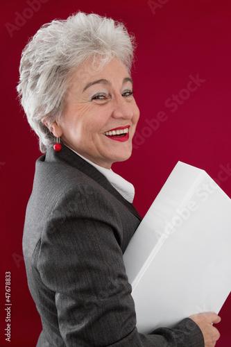 Glückliche ältere Mitarbeiterin