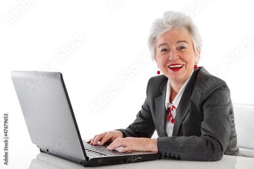 Ältere Dame mit Computer