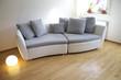 Wohnung mit Sofa in edlen Design im Wohnzimmer