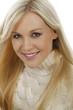 Hübsche blonde Frau lächelt in Kamera