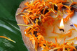 Duftkerze und Blütenblätter von Calendula