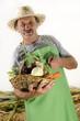 Landwirt und ein Korb mit frischem Bio Gemüse