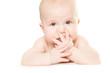 baby mit hand vor dem gesicht