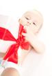 baby mit geschenk