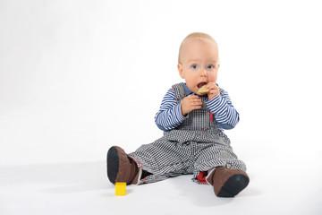 Kleiner Junge isst Kekse