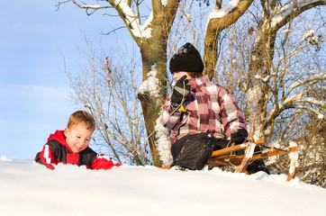 Kinder beim rodeln