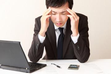 疲れ気味のビジネスマン