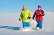 Zwei Kids laufen durch den Schnee