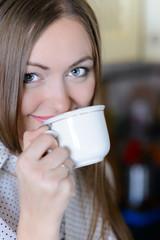 glückliche junge frau trinkt kaffee