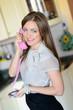 junge frau telefoniert mit handyhörer