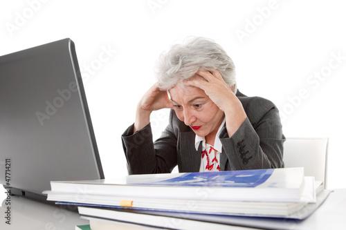Älterer Arbeitnehmerin wird alles zu viel