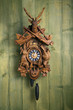 Leinwandbild Motiv alte Schwarzwälder Kuckucksuhr vor Holzwand