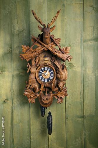 Leinwanddruck Bild alte Schwarzwälder Kuckucksuhr vor Holzwand