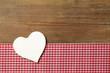 Weisses Herz auf Holz