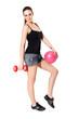 Plates Topu ve ağırlık aleti ile Spor yapan güzel bayan