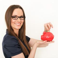 Schicke Frau mit rotem Sparschwein