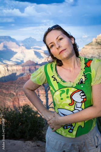 In de dag Indiërs femme devant le Grand Canyon