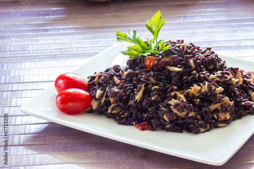Black rice with tuna and tomatoes