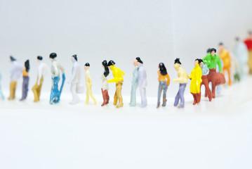 順番に並ぶ人々の列