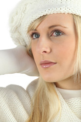 Woman wearing a sweater and a knitted hat