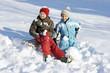 Kinder fahren Schlitten im Schnee