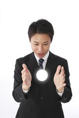 光を見つめるビジネスマン