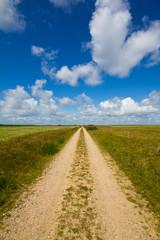 Weg mit blauem Himmel