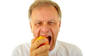 Ein Mann isst einen Apfel