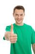 Glücklicher junger Mann in Grün mit Daumen hoch