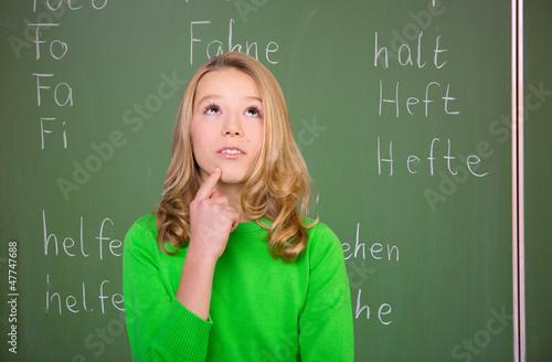 mädchen beim überlegen  in der schule