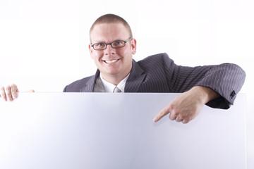 Geschäftsmann zeigt auf Werbetafel