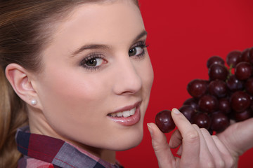 Woman holdingf red grapes