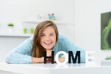 lachende studentin zuhause