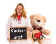 Ärztin mit Schild und Teddybär - Kinderarzt