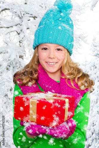kind mit geschenk im winter